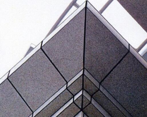 高性能硅酮结构胶是一种中性固化、专为建筑幕墙中的结构粘结装配而设计的。可在很宽的气候条件下轻易地挤出使用,依靠空气中的水分固化成优异、耐用的高模量、高弹性的硅酮橡胶。结构胶强度高(压缩强度>65MPa,钢-钢正拉粘结强度>30MPa,抗剪强度>18MPa),能承受较大荷载,且耐老化、耐疲劳、耐腐蚀,在预期寿命内性能稳定,适用于承受强力的结构件粘结。   一、硅酮结构密封胶的胶缝   1、建筑幕墙采用硅酮结构密封胶接缝的部位都是受力结构,是关系幕墙安全的关键部位,也是幕墙接缝中最重要的